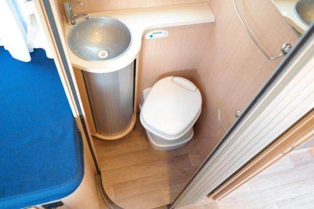 Toilette mit Waschbecken und abtrennbare Duschzelle